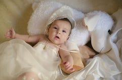 Bambino di bellezza sul muppet. fotografia stock libera da diritti