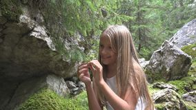 Bambino in bambino di campeggio sulla traccia di montagna, ragazza della scuola che si rilassa in Forest Adventure immagini stock libere da diritti