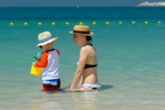 Bambino di due anni che gioca con la madre sulla spiaggia Immagine Stock Libera da Diritti