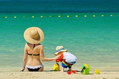 Bambino di due anni che gioca con la madre sulla spiaggia Fotografia Stock Libera da Diritti