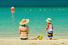 Bambino di due anni che gioca con la madre sulla spiaggia Immagini Stock Libere da Diritti