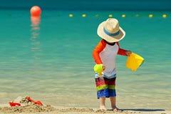 Bambino di due anni che gioca sulla spiaggia immagine stock