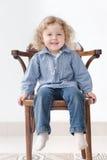 Bambino di due anni che si siede sull'ente completo della sedia Immagini Stock Libere da Diritti