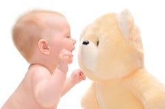 Bambino di Hapy con l'orso di orsacchiotto fotografia stock