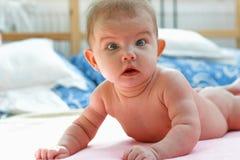 Bambino di menzogne Fotografie Stock