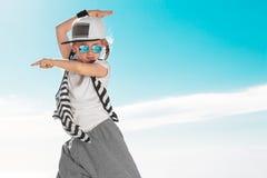 Bambino di modo che balla sopra il fondo del cielo immagine stock