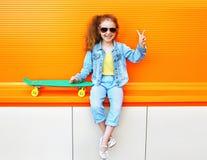 Bambino di modo L'uso alla moda del bambino della bambina jeans copre Fotografie Stock