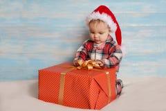 Bambino di Natale in cappello di Santa Fotografia Stock Libera da Diritti