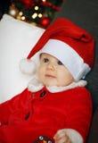 Bambino di Natale con un fondo dell'albero di Natale Immagine Stock