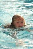 Bambino di nuoto Immagini Stock
