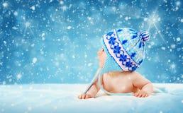 Bambino di otto mesi che si trova sulla coperta molle immagini stock