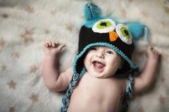 Bambino di risata in cappello divertente Fotografia Stock