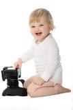 Bambino di risata con la macchina fotografica isolata su bianco Fotografia Stock