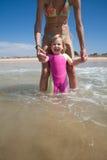 Bambino di risata con la mamma all'oceano Immagini Stock Libere da Diritti