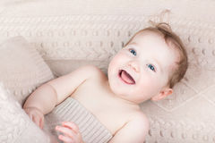 Bambino di risata divertente sotto una coperta tricottata Immagine Stock Libera da Diritti