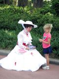 Bambino di riunione del carattere di Disney al parco a tema di Epcot Fotografia Stock Libera da Diritti