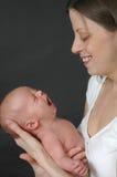 Bambino di sbadiglio con la madre Immagine Stock