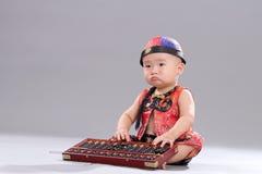 Bambino di seduta Fotografie Stock