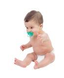 Bambino di sei mesi adorabile in pannolino con la tettarella Immagine Stock