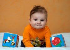 Bambino di sei mesi con i giocattoli Fotografia Stock