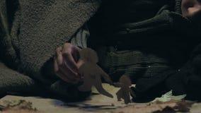 Bambino di strada sporco che prende i piccoli uomini di carta, sognando del genitore e della casa, rifugiato video d archivio