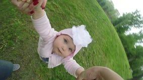 Bambino di tornitura della madre archivi video