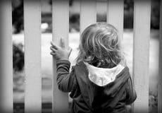 Bambino dietro il cancello immagine stock