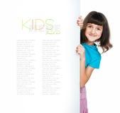 Bambino dietro una scheda Fotografia Stock