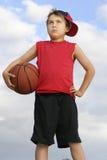 Bambino diritto che tiene una pallacanestro Fotografie Stock