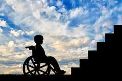 Bambino disabile che si siede nella parte anteriore della sedia a rotelle delle scale Fotografia Stock Libera da Diritti