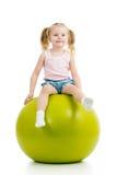 Bambino divertendosi con la palla relativa alla ginnastica isolata immagini stock libere da diritti