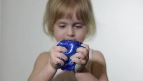 Bambino divertendosi facendo melma Bambino che gioca con la melma fatta a mano del giocattolo archivi video