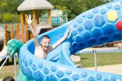 Bambino divertendosi nel parco dell'acqua Fotografie Stock Libere da Diritti