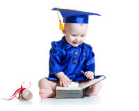 Bambino divertente in cappello dello studente con il libro Fotografia Stock