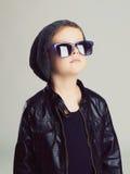 Bambino divertente in cappello ed occhiali da sole ragazzino alla moda fotografia stock