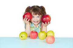Bambino divertente che gioca con due mele rosse immagini stock