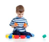 Bambino divertente che gioca con il giocattolo inerente allo sviluppo Fotografia Stock