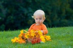 Bambino divertente con le zucche Halloween Immagini Stock Libere da Diritti