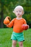 Bambino divertente con le zucche Halloween Immagine Stock