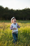 Bambino divertente di risata di gioia di sorriso della foresta della molla del marinaio di capitano del ragazzo Fotografia Stock Libera da Diritti