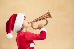 Bambino divertente di Santa con il corno Fotografia Stock Libera da Diritti