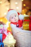 Bambino divertente in un cappello di Santa Claus immagine stock libera da diritti