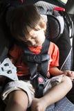 Bambino dolce nella sua sede di automobile di sicurezza Immagini Stock