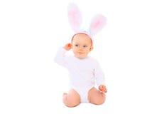 Bambino dolce in orecchie del coniglietto di pasqua su fondo bianco Fotografia Stock
