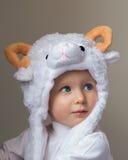 Bambino durante il nuovo anno 2015 del cappello delle pecore Immagine Stock