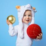 Bambino durante il nuovo anno 2015 del cappello delle pecore Fotografie Stock