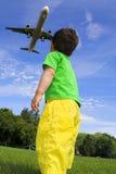 Bambino e airlplane fotografia stock