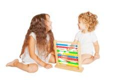 Bambino e bambino che giocano con l'abaco Immagine Stock Libera da Diritti