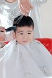 Bambino e barbiere immagine stock