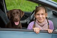 Bambino e cane in un'automobile immagine stock